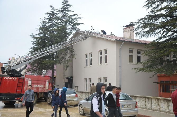 Lisenin Çatısında Yangın, Öğrencilere Korku Dolu Anlar Yaşattı