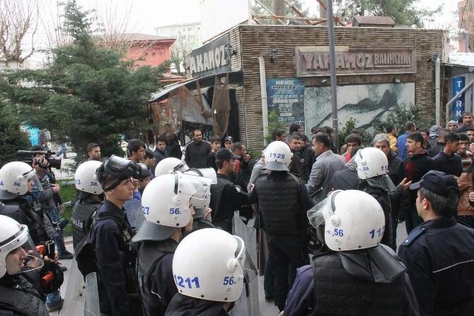 Siirt'te Göstericiler İle Polis Arasında Arbede Çıktı: 2 Polis Yaralandı