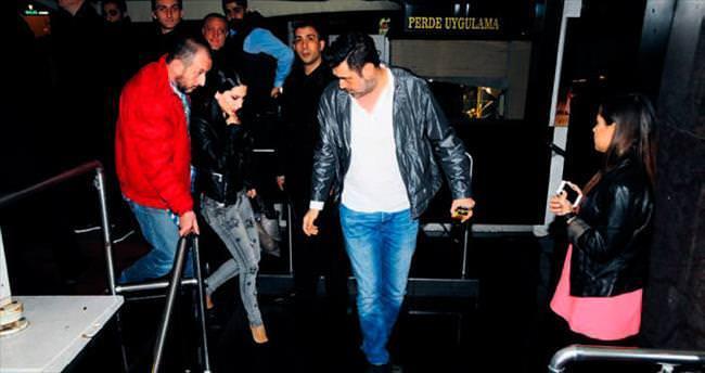 Dostlarıyla İstanbul gecelerinde