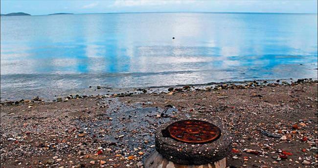 Urla'da pis su denize akıyor