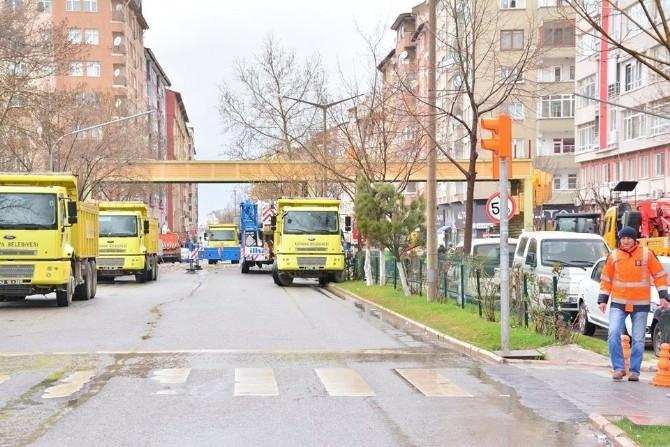 Menderes Caddesi'ndeki Üst Geçitte Yıkıldı