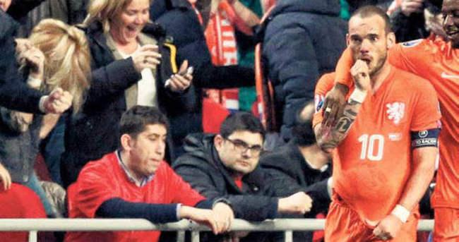 Wesley Sneijder'den Kıvanç Tatlıtuğ'a bebek pası