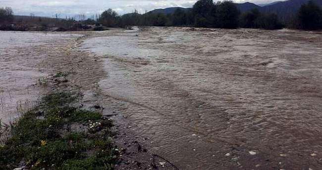 Baraj kapakları açıldı yollar göle döndü
