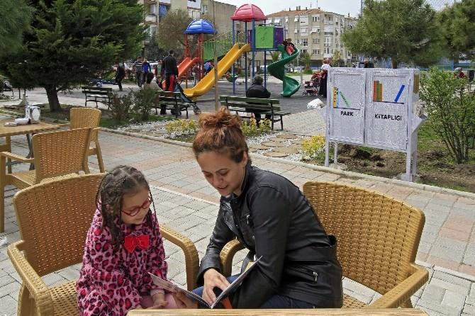 Konak'ta Parklar Kitap Kokuyor