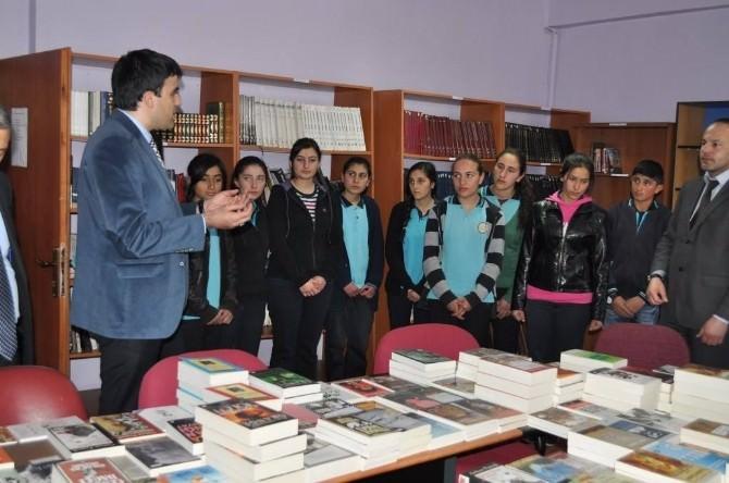 Arpaçay Kaymakamlığı'nca Anadolu Lisesi'ne Kitap Hediye Edildi