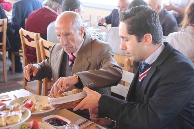 Döşemealtı'nda Huzurevi Sakinlerine Kahvaltı Düzenlendi