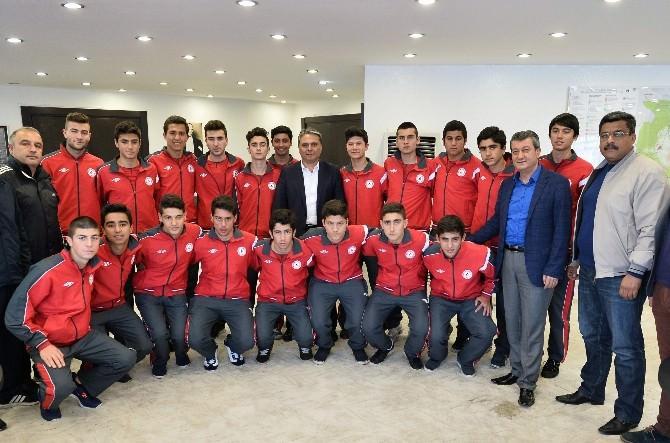 Şampiyon Futbolculardan Başkan Uysal'a Ziyaret