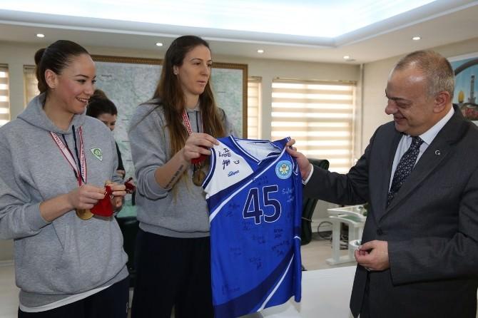 Sultanlar Şampiyonluk Kupasını Başkan Ergün'e Verdi