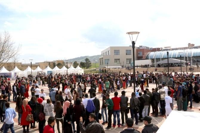 Uluslararası Öğrencilerden Coşkulu 40. Yıl Şenliği