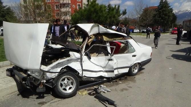 Kavşakta Otomobil Kamyonla Çarpıştı: 4 Yaralı