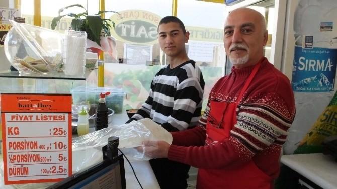 Burhaniye'de Eczacı Hamdi Bilen Çiğköfteci Oldu