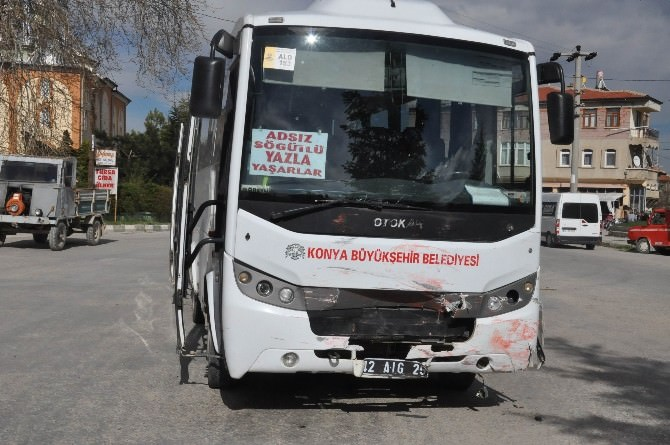 Belediye Otobüsü Otomobille Çarpıştı: 3 Yaralı