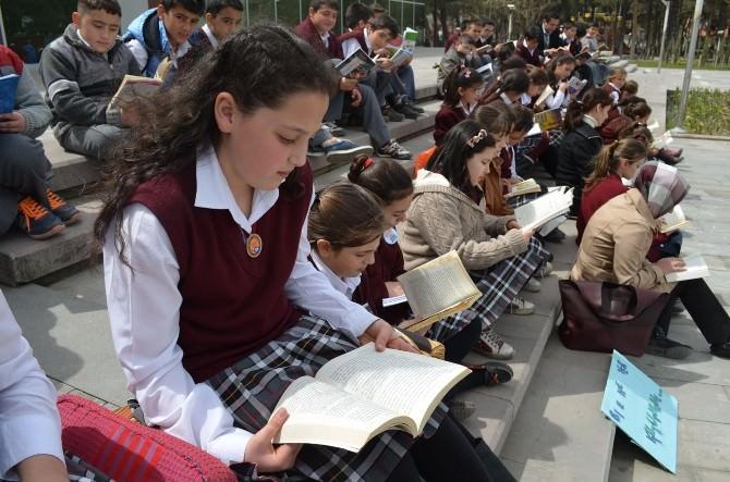 Kulalı Öğrenciler Meydanda Kitap Okudu