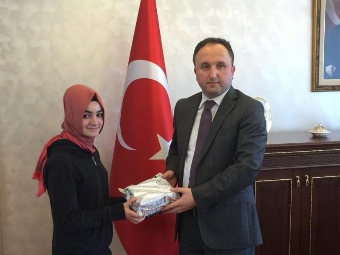 Esma Nur, Dubai'deki Resim Yarışmasında Türkiye'yi Temsil Edecek