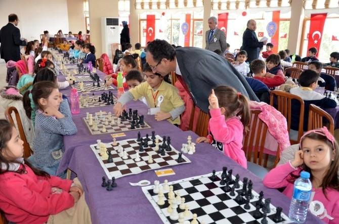 Burdur'da Miniklere Polis Amca Satranç Turnuvası