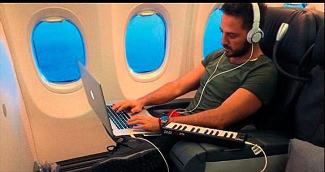 Uçağı müzik stüdyosuna çevirdi