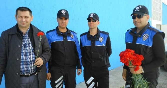 Polis Ekiplerinden Karanfil Dağıtımı