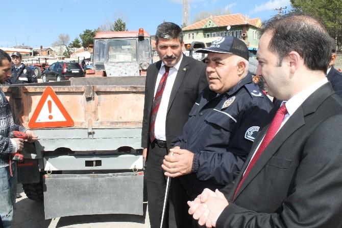 Akdağmadeni İlçesinde Traktör Sürücülerine Reflektör Dağıtıldı