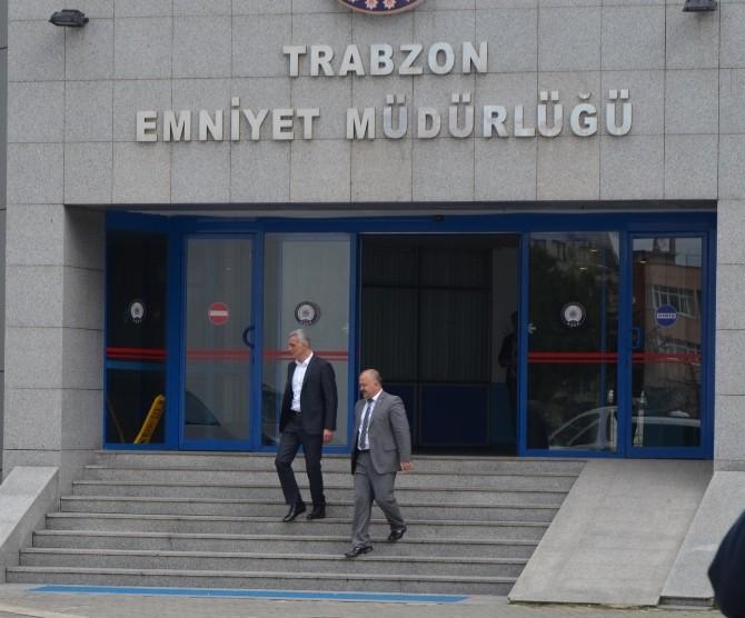 Başkan Hacıosmanoğlu'na Emniyet Müdürlüğü Çıkışında Gözaltındaki Emre A.'nın Annesi Ve Akrabalarından Tepki