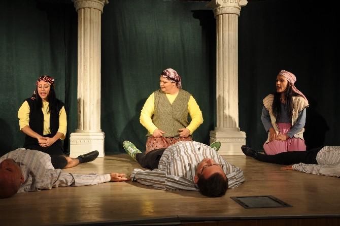Derik'te 'Aşk Grevi' Adlı Tiyatro Oyunu Sahnelendi