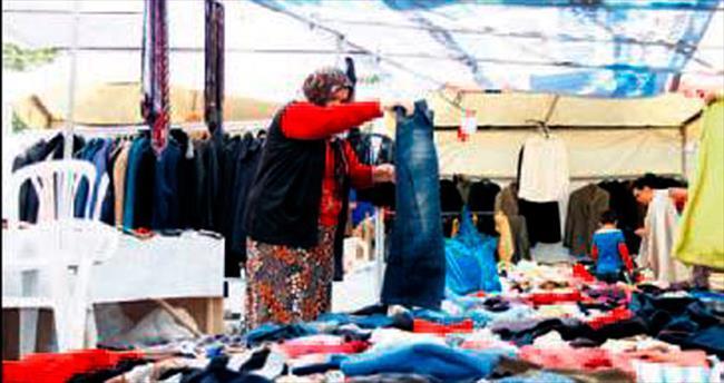 İkinci el giysiler Hayır Çarşısı'nda