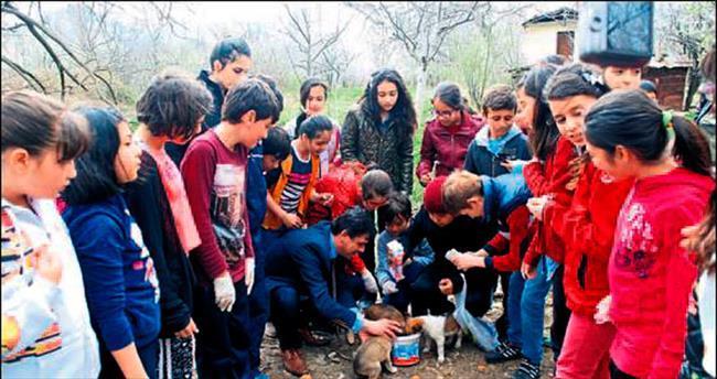Duyarlı çocuklar hayvanları besledi