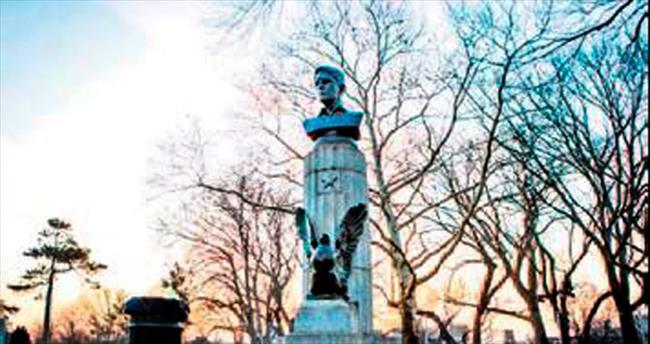 Snowden'ın bronz büstünü parka diktiler
