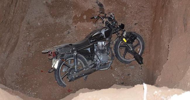 Motosikleti ile 4 metrelik çukura uçtu