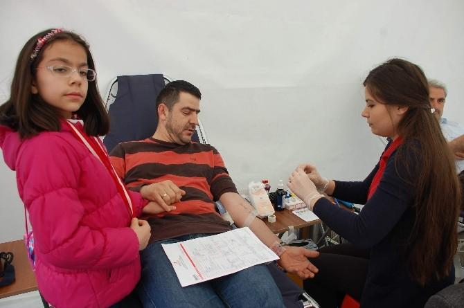 İlköğretim Okulu Bahçesinde Kan Bağışı Kampanyası