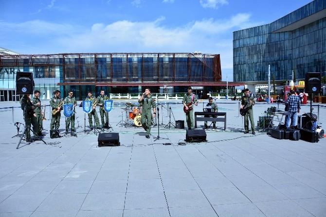 Askerlerden Sokak Konseri