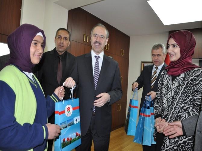 Vali Büyükersoy'dan Başarılı Öğrencilere Ödül