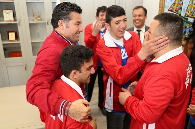 Özel Sporcular Sevinçlerini Başkan Kocadon İle Paylaştı