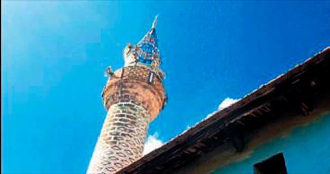 Minareye düşen yıldırım korkuttu