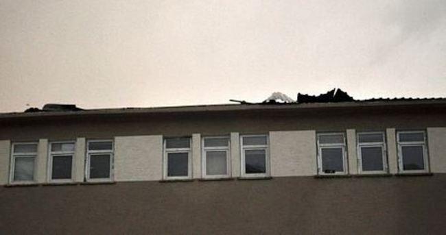 Rüzgar okul çatısını uçurdu
