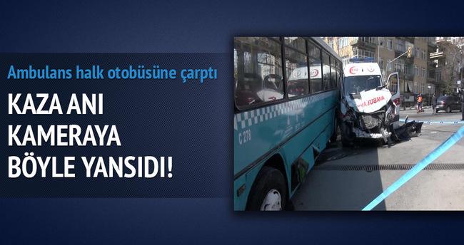 Kadıköy'de ambulans ile halk otobüsü çarpıştı
