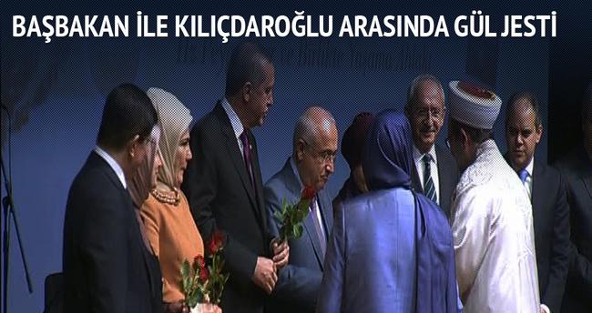 Başbakan ile Kılıçdaroğlu'nun gül jesti