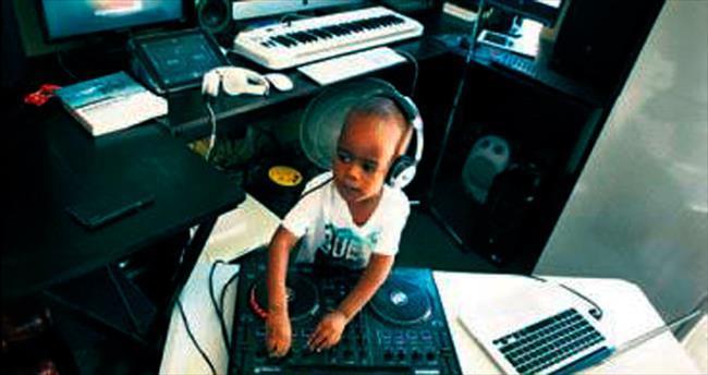 İki yaşındaki DJ fenomen oldu