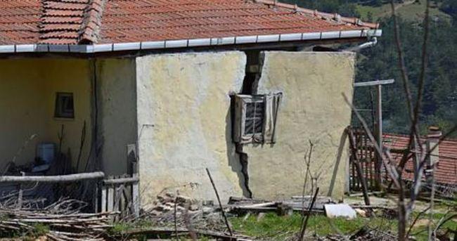 Heyelan bir köyü yok ediyor