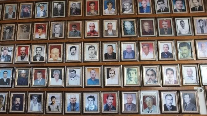Kahvehanenin Duvarlarını Ölen İnsanların Fotoğrafları Süslüyor