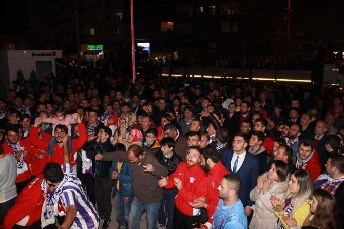 3. Lig'e Çıkan Yomraspor'a Muhteşem Kutlama
