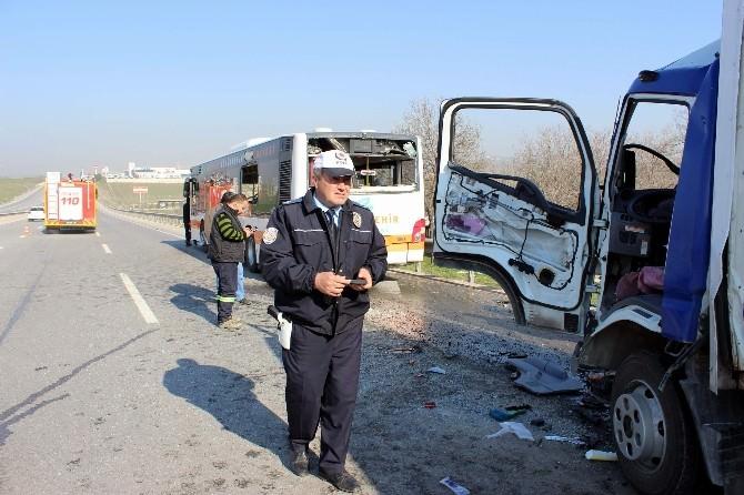 Özel Halk Otobüsü İle Kamyonet Çarpıştı: 4 Yaralı