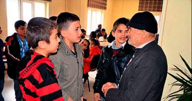 Elbistan'da öğrenciler yaşlıları sevindirdi