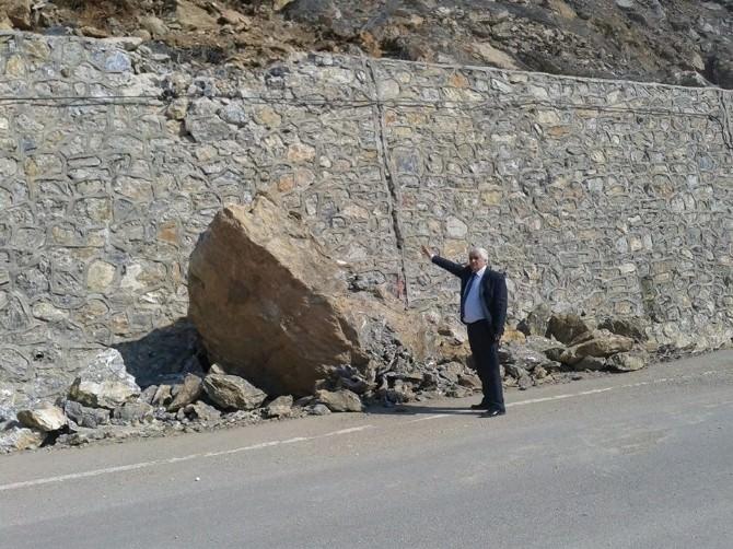 Dağ Yoluna Düşen Kayalar Tehlike Saçıyor