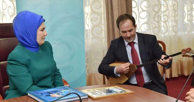 Emine Erdoğan Dombra'yı bestecisinden dinledi