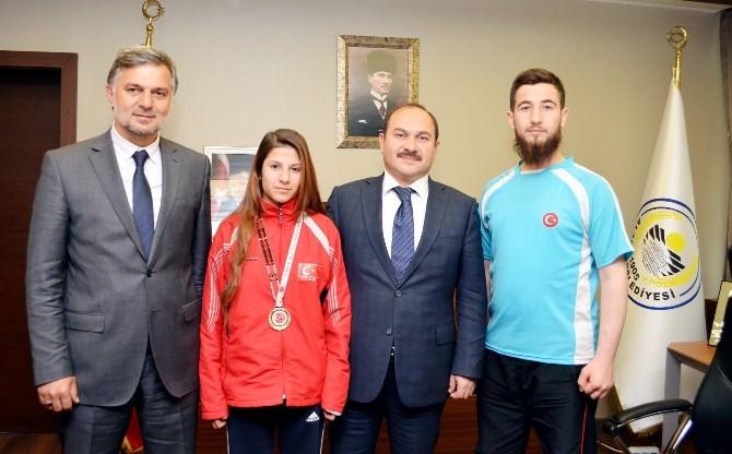 Başkan Eyvaz'dan Başarılı Sporcu'ya Ödül