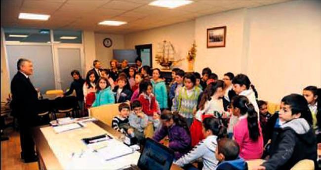 Öğrencilere yerel yönetim dersi