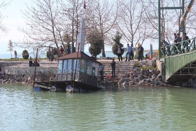 Beyşehir Gölü'ndeki Yüzer Çay Ocağı Karaya Çıkarıldı