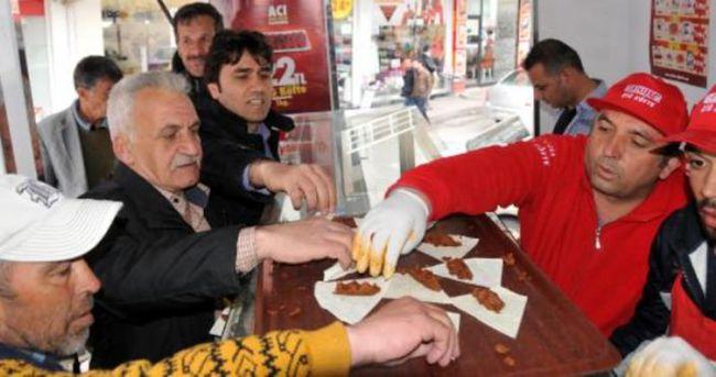İbrahim Tatlıses'in isteğiyle Sivas'ta 1 ton çiğ köfte dağıtıldı