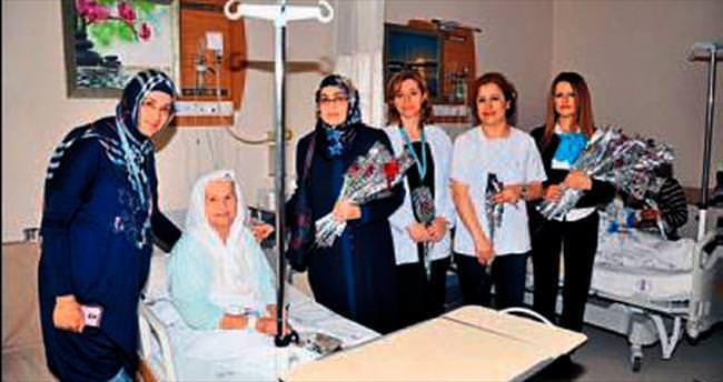 Nazilli'de hastalara karanfil dağıtıldı