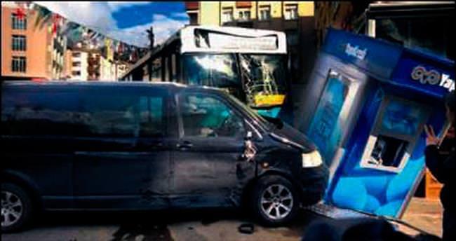 Halk otobüsü 3 aracı ve ATM'yi ezdi geçti